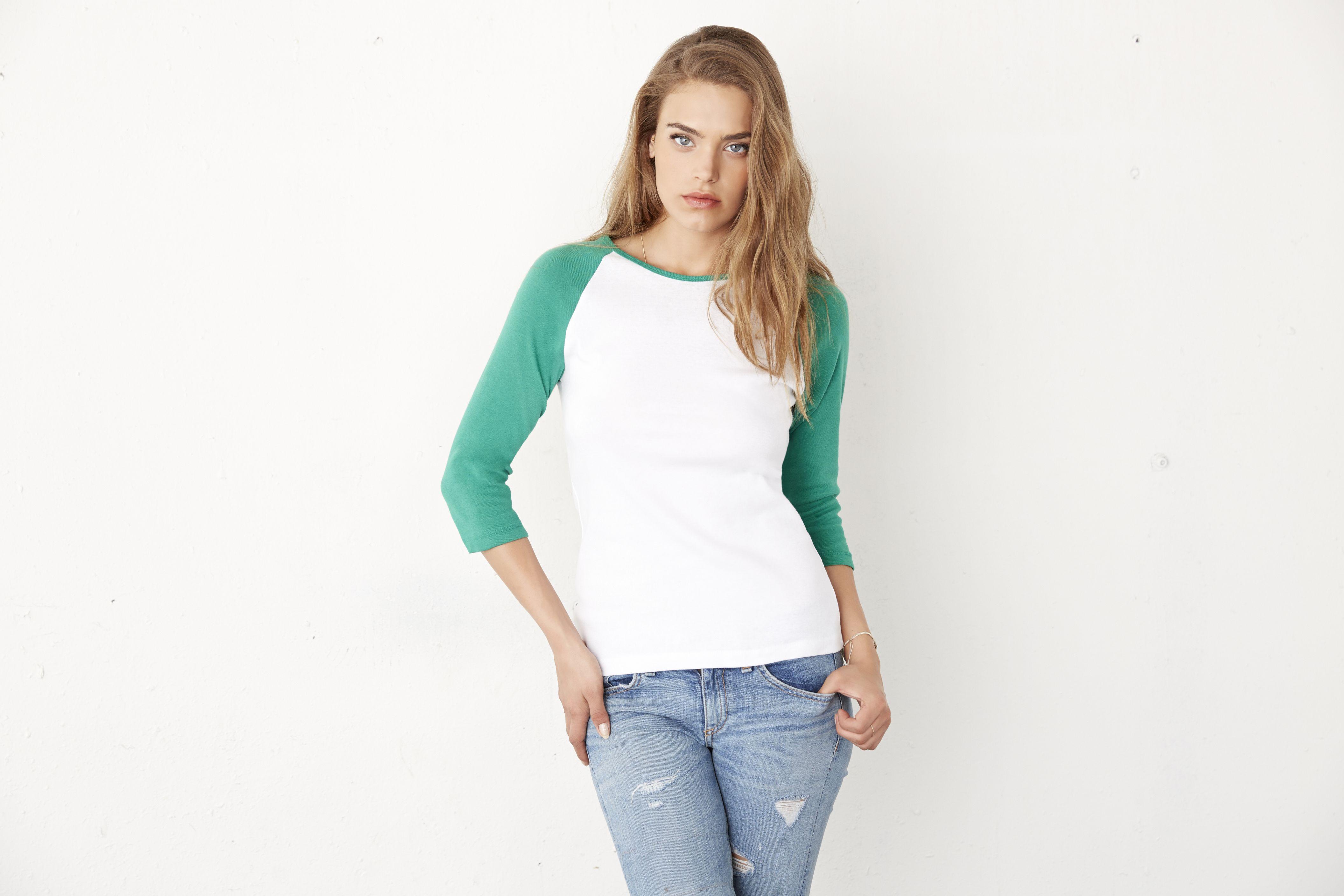 Modna koszulka damska z kolorowymi rękawkami