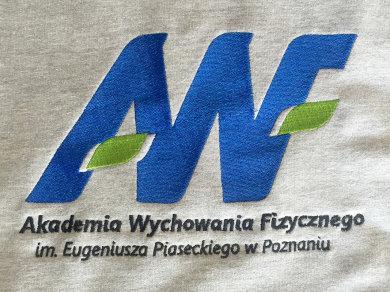 Haft komputerowy wykonany ściegiem tatami (fill) płaskim na bluzach dla Akademii Wychowania Fizycznego w Poznaniu