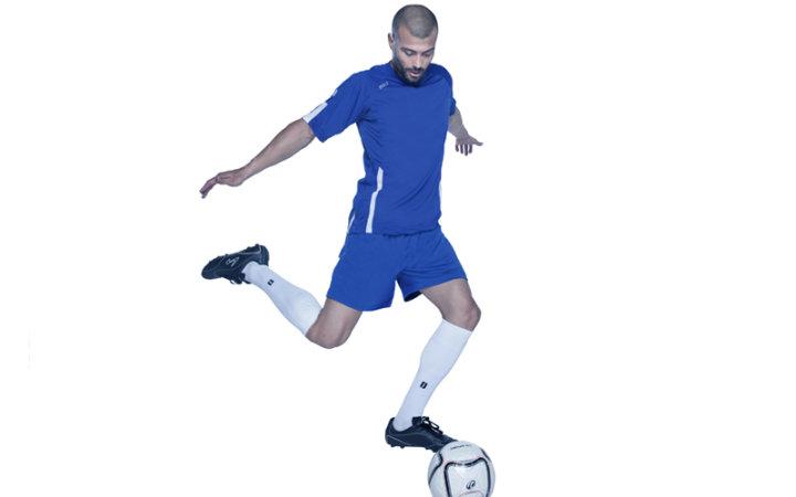 Koszulki piłkarskie z nadrukiem i spodenki.