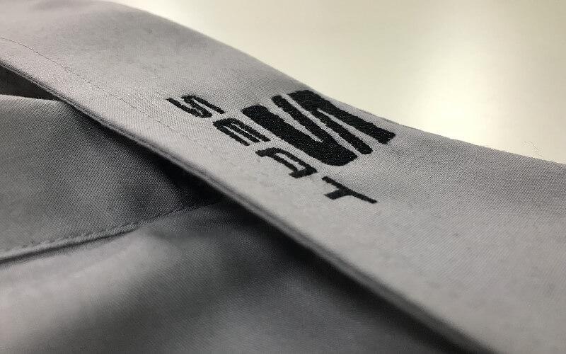 haft komputerowy na kołnierzyku