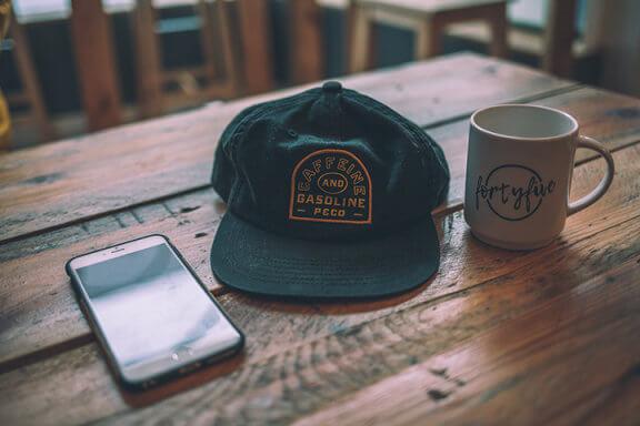 czapka-z-daszkiem-fullcap-czy-snapback